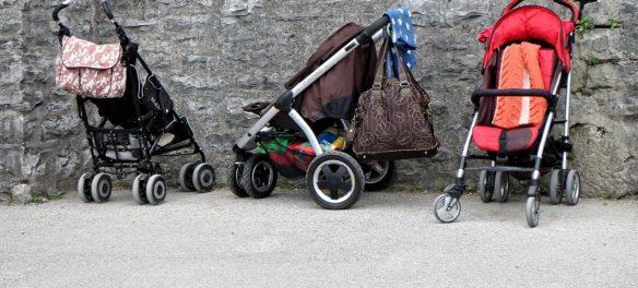 Kinderwägen und Buggys vor einer Wand. Ein Sportaufsatz verwandelt einen Kinderwagen in einen besseren Buggy