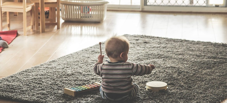 Kind spielt Musik